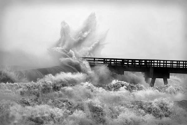 hurricane Ivan slams pier, Navarre Beach
